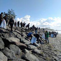 Pengabdian Masyarakat: Aksi Bersih Pantai dan Pelepasan Tukik